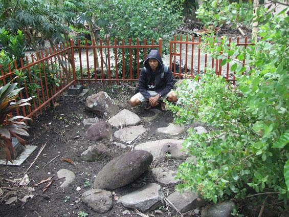 Albert memandang batu-batu tersebut, berserakan tak beraturan