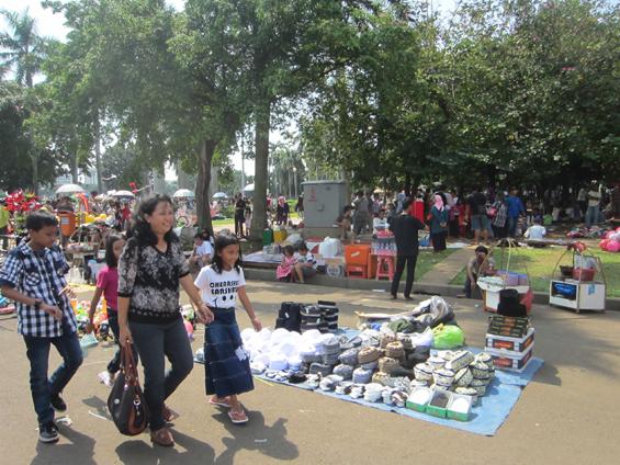 Suasana siang hari di Monas, para pedagang kecil juga membuka lapak di area Monas pada hari ulang tahun Jakarta