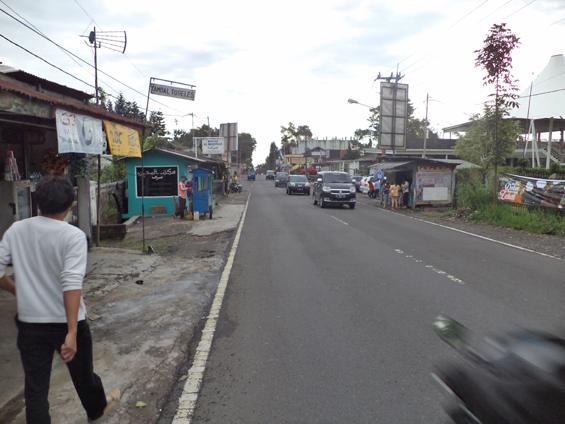 Firmansyah (baju putih), partisipan dari Komunitas Saidjah Forum, Lebak, ketika sedang melakukan observasi ke warung-warung di sekitar Kampung Arab.