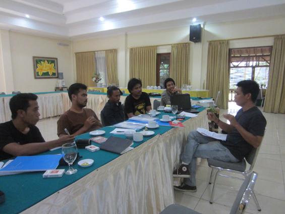 Bambang Sulistyo memberikan materi tentang moralitas, etika dan hukum kewartawanan.