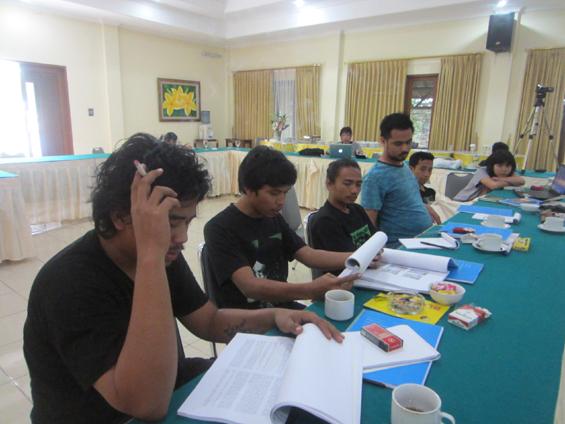 """Firmansyah (kedua dari kiri) sedang membacakan karya tulis Dian Komala, berjudul """"Berjanji""""."""