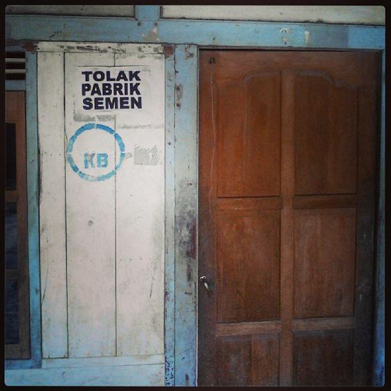 Salah satu pintu rumah warga yang ditempeli tulisan penolakan oleh warga terhadap pabrik semen.