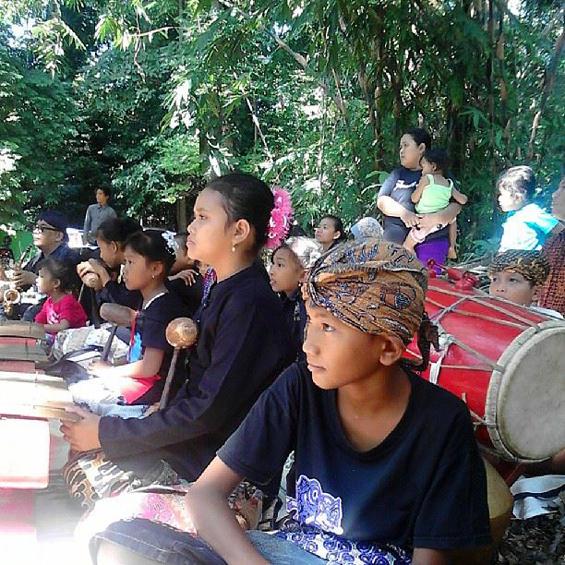 Para pemain musik gamelan yang mengiringi upacara.