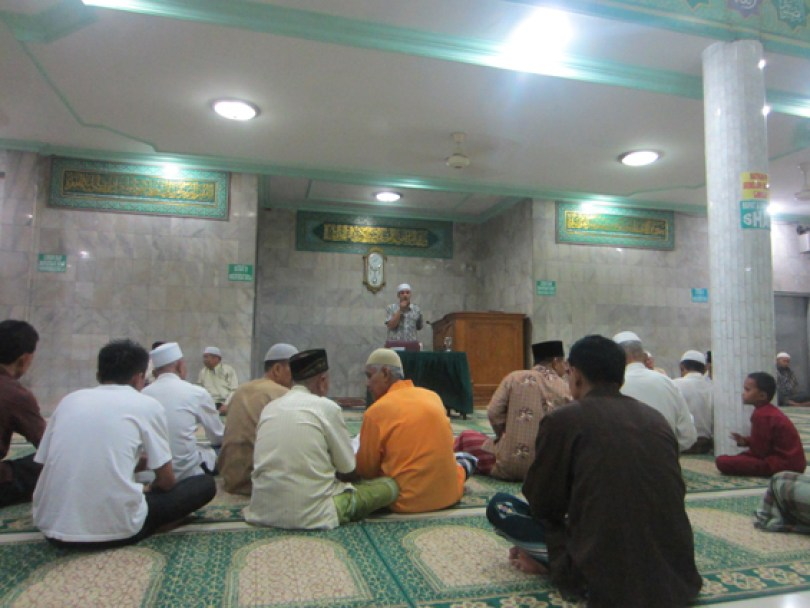 Para jamaah masjid Ar-Rahim sedang bersiap-siap mendengar ceramah sholat tarawih.