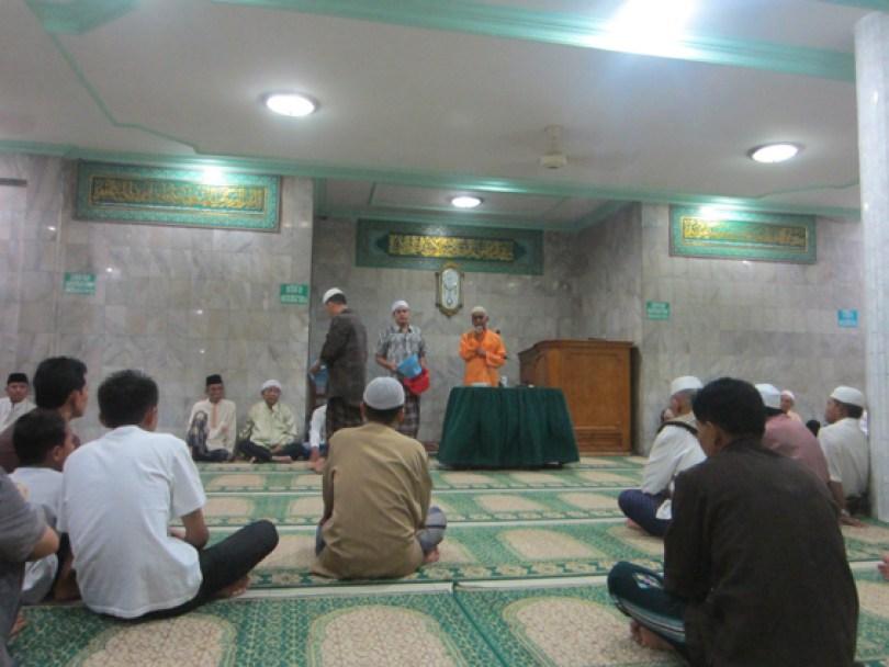 Sesi pengumpulan infak dan sadakah setelah ceramah sholat tarawih.