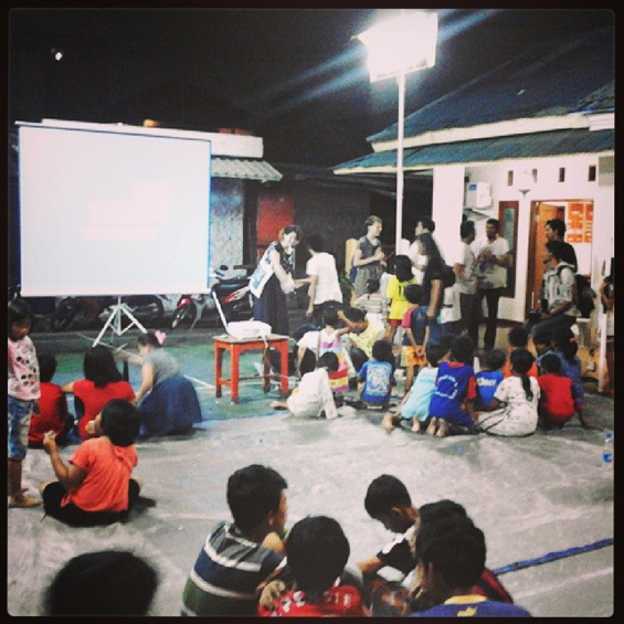 Dokumentasi akumassa ad hoc: Suasana ketika pemutaran karya video akumassa ad hoc kepada warga masyarakat Paseban di Lapangan Perintis. [Foto: Anib Basatada]
