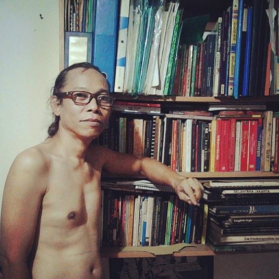 Bang Gallis, seniman topeng di Sanggar Budaya Paseban [Foto: Harryaldi Kurniawan]