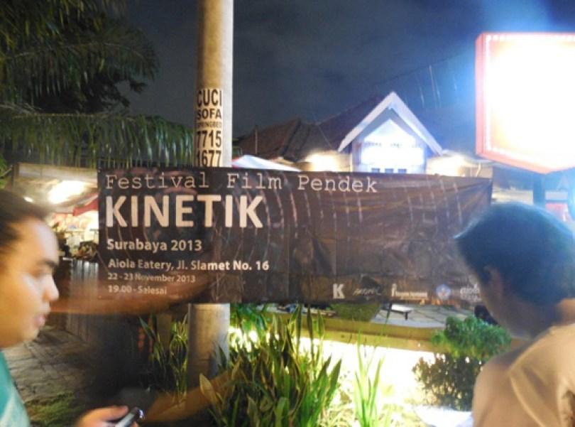 Spanduk publikasi filem pada acara roadshwo Arkipel di depan Kafe Aiola, Surabaya.