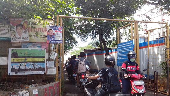 Atribut kampanye yang masih menempel di gerbang Kutek (tanggal 7 April, 2014)