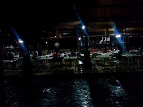 Suasa kantin kampus FISIP UI di malam hari.