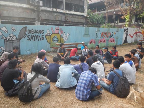 Suasana diskusi mahasiswa sebelum aksi demo tanggal 10 Oktober di Universitas Indonesia