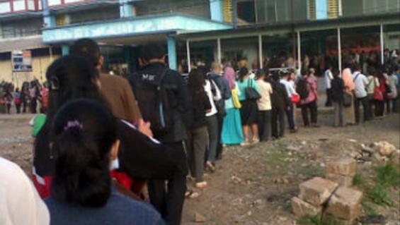 The long e-ticketing queue in Depok Baru Station (Source: Nurfahmi Budi Prasetyo, PenaOne.com)