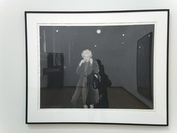 Aku mengambil pantulan diri sendiri di depan karya Cindy Sherman, Untitled Film Still #54, di tahun 1980.