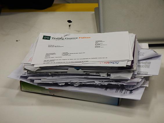 Segepok surat tagihan hutang, memorabilia pada proyek personal Tyson.