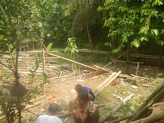 Drainase yang melintas di kebun rumah Bu Imas.