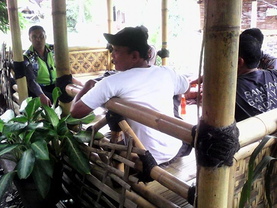 Ayahku, Iing Solihin, ketika menjamu anggota Polsek di Saung Ciranggon.