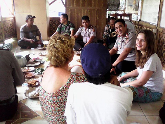 Saung Ciranggon ketika menyambut Polres dan Kurator Marianna Dobkowska dari Polandia, Januari 2015.