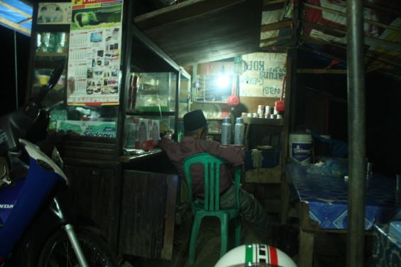 Pak Gaek di kedainya (Sumber: arsip pribadi penulis, 2014)
