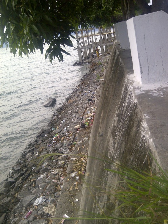 Sampah Wisatawan Danau Singkarak 2