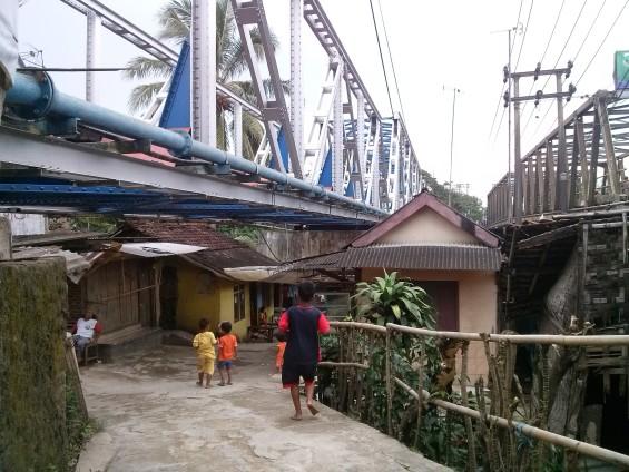 Jembatan Dua, dilihat dari perkampungan di bawahnya.