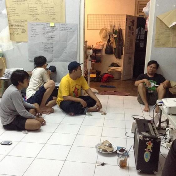 Hanif, Abi dan Rambo (tiga orang sebelah kiri) ketika mengikuti kegiatan KALEIDOSKOP di markas Ace House. (Foto diambil dari akun instagram @kaleidoskop.project)