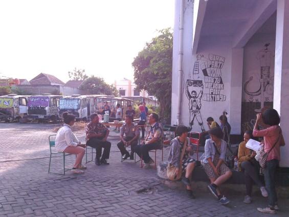 Kurator KALEIDOSKOP, Syafiatudina (baju putih, sebelah kanan) berbincang dengan para pengurus kelurahan.