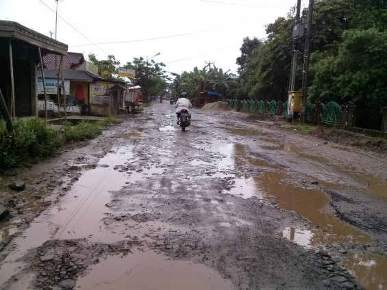 The view of the damaged roads in the area Cimarga.
