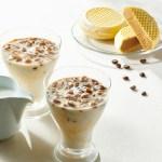 ミルクを注ぐだけで、味わい深いアイスカフェオレが出来上がります。