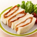 とんかつサンドとトマト味ソースを使った国産ムネ肉使用のチキンカツサンド
