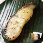 新鮮な魚の切り身を味噌にじっくりと漬け込む西京漬け。価格 : 2,800円