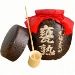 2年間土蔵の中で甕熟成させた黒麹芋焼酎を、美濃焼の甕に詰めました。