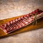 エゾシカロース肉は、野性的なうま味が濃いことが特徴。塊肉だとそのうま味を