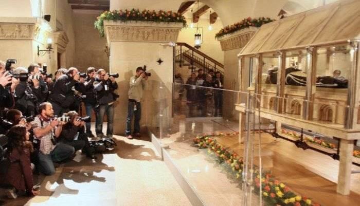 Awak Media Mendokumentasi Jenasah Saint Pio of Pietrelcina