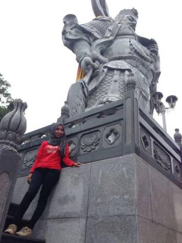 Istri saya di samping patung Dewa Guan Sheng Di Jun