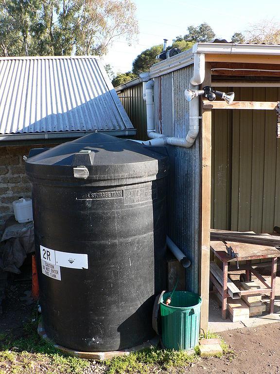 Et system for å samle regnvann fra takrenner.