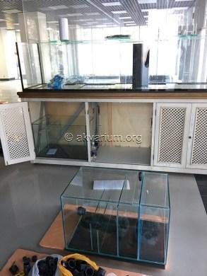 Устанавливаем фильтрующие аквариумы в тумбу