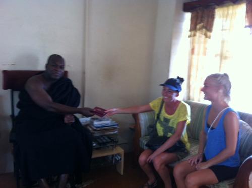 Odeneho Kwafo Akoto III_leverer pas tilbage til de frivillige