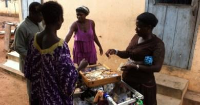Kvinde med varer kommer forbi - der tinges om priserne