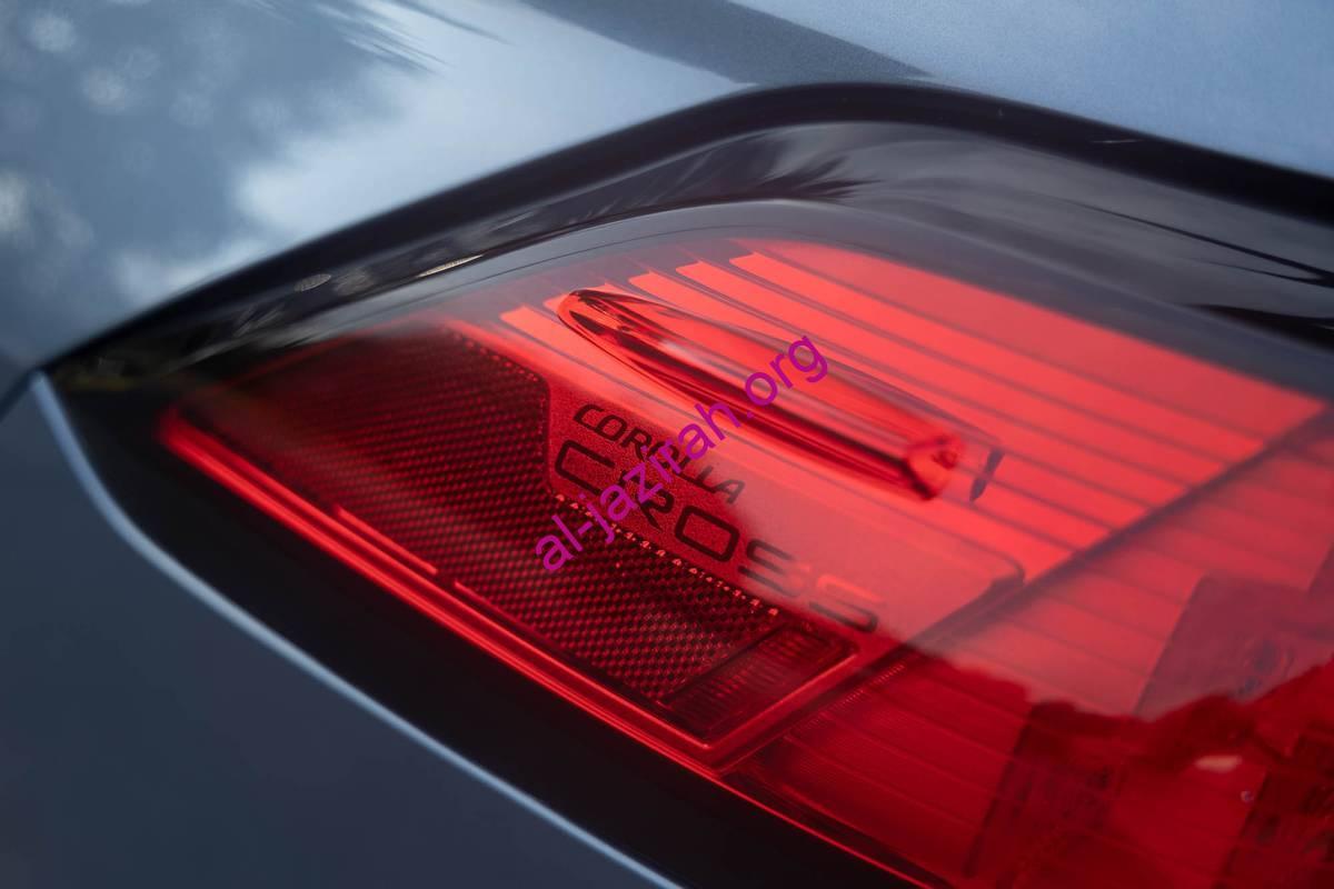 toyota-corolla-cross-xle-2022-12-exterior-gray-rear-taillight