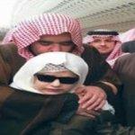 """صورة:""""عبد العزيز بن فهد"""" يكرّم طفلاً كفيفاً حافظاً للقرآن ويحتضنه ويقبل رأسه"""