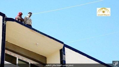 بالصور:«داعش» يُلقي عراقيًا بتهمة اللواط من سطح بناية شاهقة