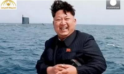 بالفيديو: زعيم كوريا الشمالية يبتسم أثناء تجربة إطلاق صاروخ باليستي
