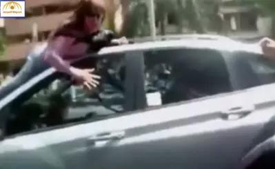 بالفيديو: ضبطت زوجها مع عشيقته في السيارة فهاجمتهما بشراسة