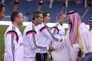 الأمير عبدالله بن نايف يصافح لاعبي فريق ريال مدريد