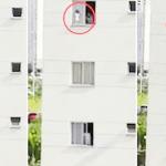 شاهد:لقطات مروعة لطفل يمشي على حافة نافذة في الدور الثالث
