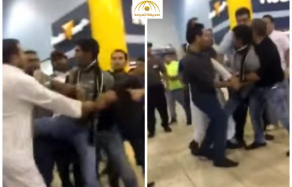 بالفيديو : مشاجرة بين مواطن وعامل مصري في مجمع ابن خلدون بالدمام