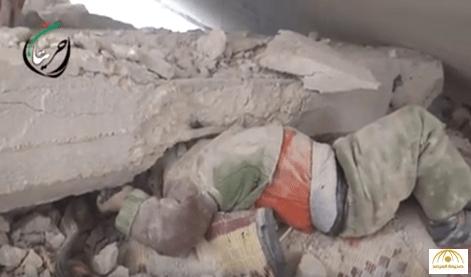 شاهد: إنقاذ طفل من تحت مبنى بعد الغارات الروسية على مدينة حريتان