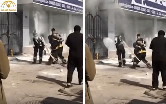 """بالفيديو: أحد أفراد الدفاع المدني يفقد السيطرة على """"خرطوم المياه"""" فيطرح زميله أرضاً"""