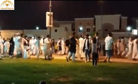 بالفيديو: مشاجرة جماعية عنيفة بين شبان في حديقة الحمراء بالرياض