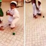 بالفيديو : شاهد ما فعله طفل بشقيقه احتفالاً باليوم الوطني